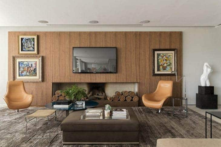 sala moderna com lareira a lenha embaixo da tv