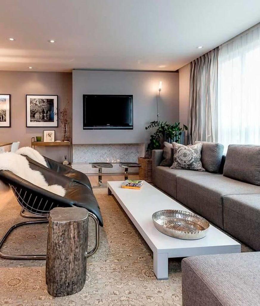 sala moderna com televisao sobre lareira