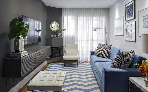 sala moderna e pequena com lareira de canto