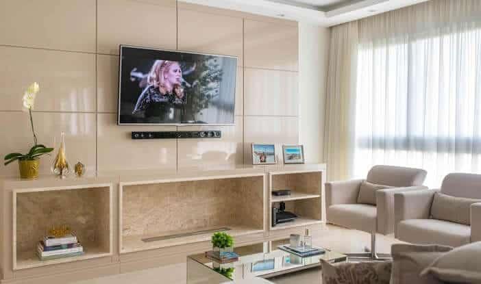 sala pequena com lareira ecologica embaixo da tv